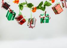 Rectángulo de regalo de la Navidad en el fondo blanco Fotos de archivo