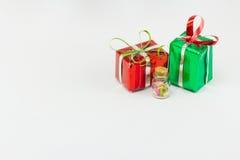 Rectángulo de regalo de la Navidad en el fondo blanco Imagenes de archivo