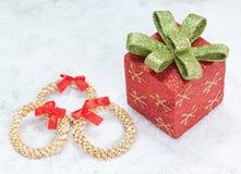 Rectángulo de regalo de la Navidad y guirnalda decorativa de la paja. Fotografía de archivo libre de regalías