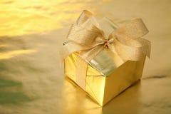 Rectángulo de regalo de oro con el arqueamiento Fotos de archivo libres de regalías