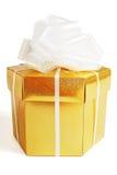 Rectángulo de regalo de oro con el arqueamiento Foto de archivo libre de regalías