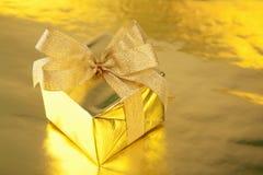 Rectángulo de regalo de oro con el arqueamiento Imagen de archivo