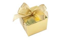 Rectángulo de regalo de oro con el arqueamiento aislado Fotos de archivo