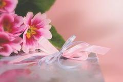 Rectángulo de regalo de plata con las flores imagenes de archivo