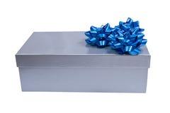 Rectángulo de regalo de plata con un arqueamiento del abrigo aislado Imagen de archivo