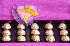 Rectángulo de regalo del día de las tarjetas del día de San Valentín o de madres - almacene la foto Fotografía de archivo