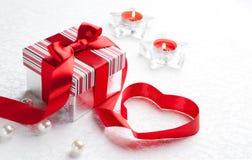 Rectángulo de regalo del día de tarjeta del día de San Valentín del arte con el corazón rojo Foto de archivo libre de regalías