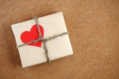 Rectángulo de regalo del día de tarjetas del día de San Valentín Fotos de archivo