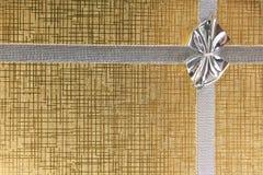 Rectángulo de regalo del oro con el arqueamiento Fotos de archivo libres de regalías