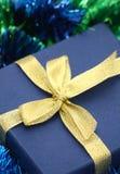 Rectángulo de regalo del primer con la cinta del oro Imagen de archivo libre de regalías