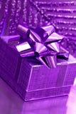 Rectángulo de regalo en el fondo violeta Fotografía de archivo