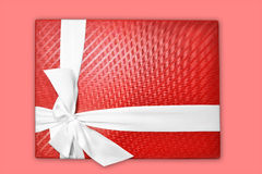 Rectángulo de regalo en fondo rosado Fotos de archivo libres de regalías
