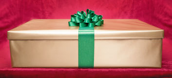 Rectángulo de regalo en fondo rosado Imagen de archivo