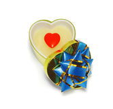 Rectángulo de regalo en forma de corazón con el corazón rojo en blanco Fotos de archivo libres de regalías