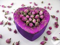 Rectángulo de regalo en forma de corazón con las rosas Imagenes de archivo