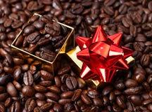Rectángulo de regalo en granos de café Foto de archivo libre de regalías