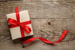 Rectángulo de regalo en la madera Imagenes de archivo