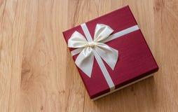 Rectángulo de regalo en la madera Fotografía de archivo libre de regalías