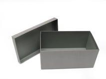 Rectángulo de regalo gris contra un fondo blanco Fotos de archivo libres de regalías