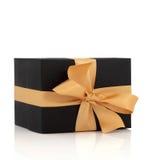 Rectángulo de regalo negro con el arqueamiento del oro fotos de archivo