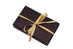Rectángulo de regalo negro con la cinta del oro Imágenes de archivo libres de regalías