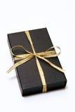 Rectángulo de regalo negro con la cinta del oro Foto de archivo libre de regalías