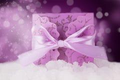 Rectángulo de regalo púrpura adornado de la Navidad en la demostración Foto de archivo