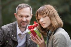 Rectángulo de regalo para el cumpleaños imágenes de archivo libres de regalías
