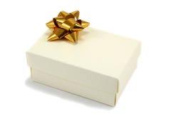 Rectángulo de regalo poner crema con el arqueamiento Imagen de archivo libre de regalías