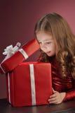 Rectángulo de regalo rojo abierto de la muchacha fotos de archivo