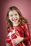 Rectángulo de regalo rojo abierto de la muchacha Fotografía de archivo libre de regalías