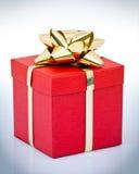 Rectángulo de regalo rojo con el arqueamiento del oro Imagen de archivo libre de regalías