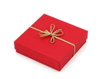 Rectángulo de regalo rojo con la cinta de oro Fotos de archivo