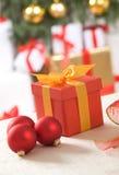 Rectángulo de regalo rojo con la cinta del oro Imagenes de archivo