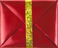 Rectángulo de regalo rojo con la cinta del oro Imágenes de archivo libres de regalías
