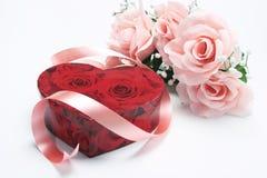 Rectángulo de regalo rojo con las rosas rosadas Fotos de archivo