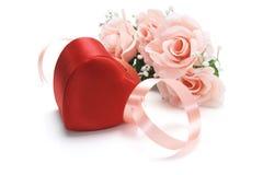 Rectángulo de regalo rojo con las rosas rosadas Foto de archivo libre de regalías