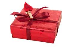 Rectángulo de regalo rojo con un corazón Imágenes de archivo libres de regalías