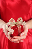 Rectángulo de regalo rojo en las manos de la mujer Foto de archivo libre de regalías
