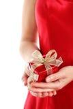 Rectángulo de regalo rojo en las manos de la mujer Fotografía de archivo