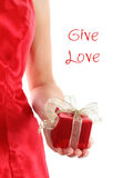 Rectángulo de regalo rojo en las manos de la mujer foto de archivo