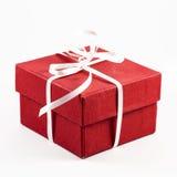 Rectángulo de regalo rojo en un fondo blanco Foto de archivo