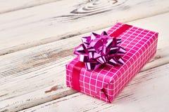 Rectángulo de regalo rosado con el arqueamiento Fotografía de archivo