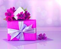 Rectángulo de regalo rosado con la tarjeta de felicitación Imagen de archivo