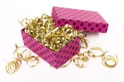 Rectángulo de regalo rosado con las cintas de oro Imagen de archivo libre de regalías