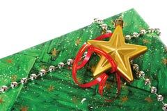 Rectángulo de regalo verde adornado con granos y una estrella Fotografía de archivo libre de regalías