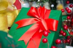 Rectángulo de regalo verde con la cinta roja Fotografía de archivo libre de regalías