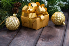 Rectángulo de regalo y bolas de oro de la Navidad Imagen de archivo libre de regalías