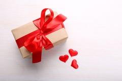 Rectángulo de regalo y corazones rojos Fotografía de archivo libre de regalías