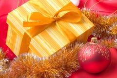 Rectángulo de regalo y decoración de la Navidad Fotos de archivo libres de regalías